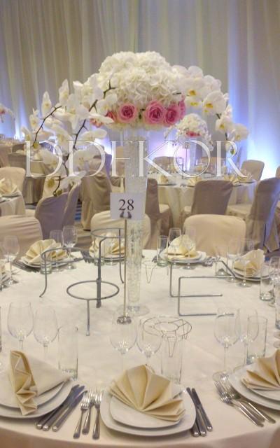 Tischmuck mit Rosen, Orchideen und Hortensie