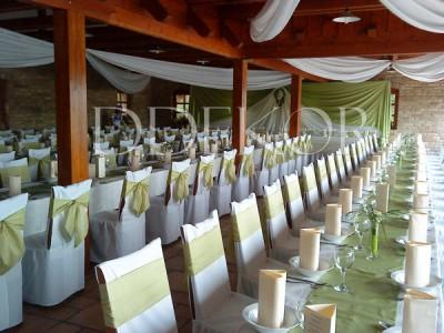 Grüne Hochzeitsdekoration mit Stuhlhussen