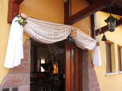 Eingang mit weißer Draperie