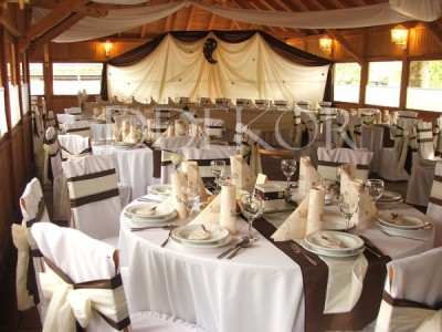 Schokoladenbraun-naturfarbener Hochzeitsschmuck für runde Tische