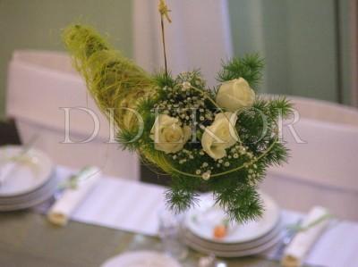 Deckendekoration mit Frischblumen