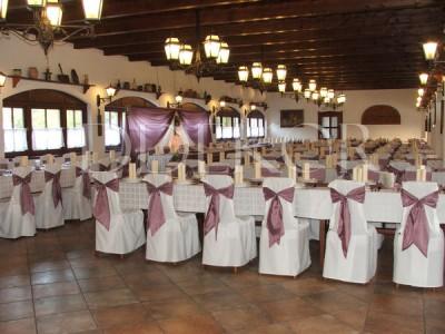Stuhlhussen mit lilafarbenen Maschen