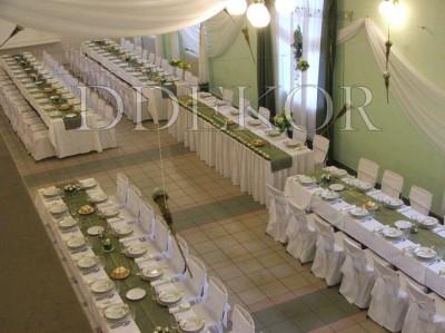Hochzeitsdekoration mit Stuhlhussen