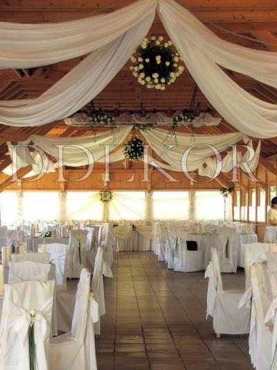 Deckendekoration für eine Hochzeit