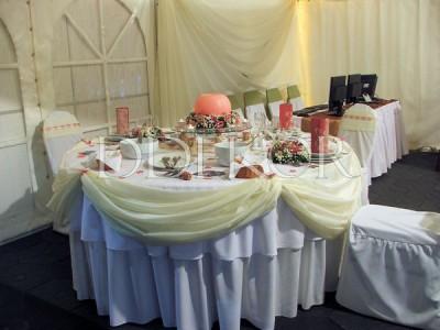 Event Expo. Runder Tisch in Malvenfarbe