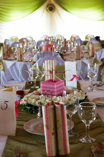 """Club Hotel """"Petneházy"""". Exklusiver Tischschmuck mit Kerzen, grün-pink"""