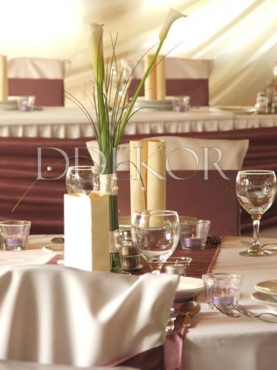 Tischschmuck mit Calla in lilafarbener Umgebung