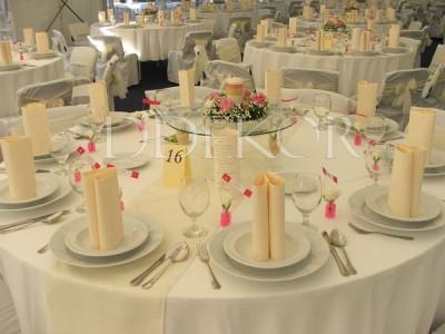 Runder Tisch, Harmonie in Crème und Pink