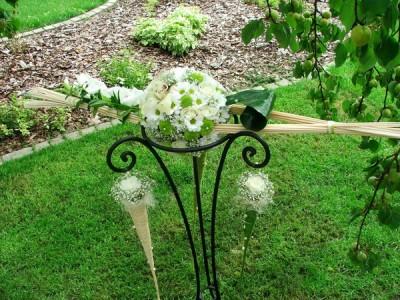 Ständer aus Schmiedeeisen mit Frischblumenkomposition