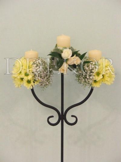 Schmiedeeisener Kerzenhalter mit Frischblumen