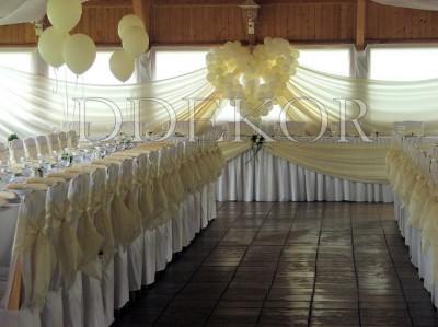 Luftballondekoration mit Stuhlhussen