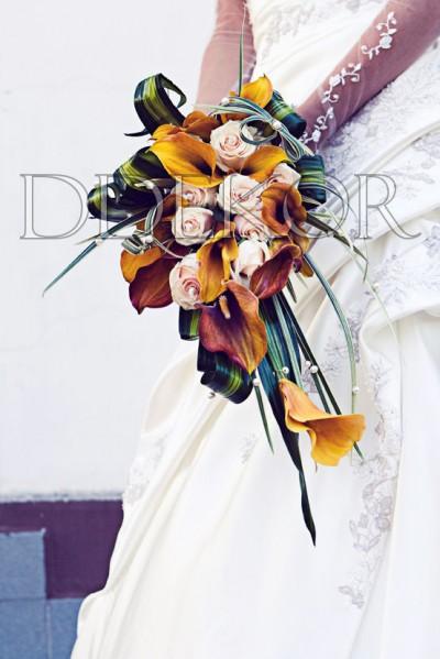 Länglicher Brautstrauß mit Calla und Rosen