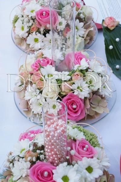 Zeremonie im Freien: Glasvase mit Gravierung, zum Perlenstreuen mit rosafarbenen Blumen