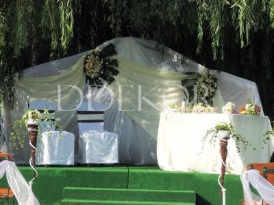 Zeremonie im Freien, Hintergrund aus Frischblumen