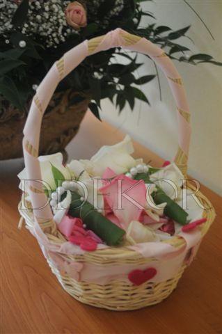 Blumenblätterkorb mit Anstecker