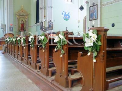 Dekorierte Bankreihen in einer Kirche mit einer Komposition aus Lilien