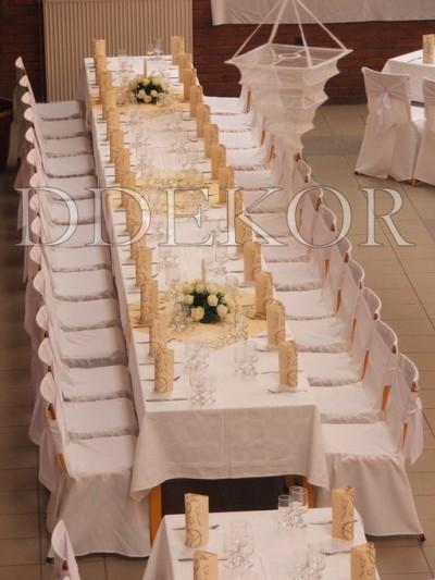 Perfekte Hochzeit, Stuhlhussen mit weißen Maschen