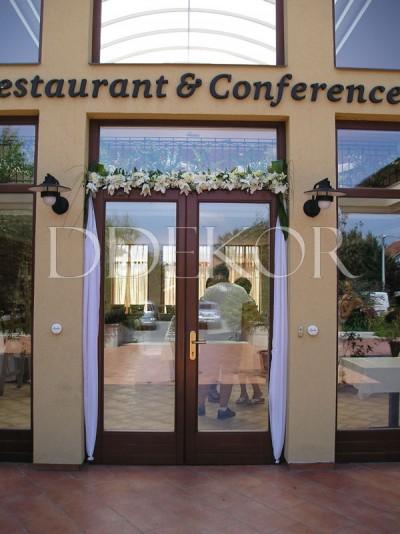 Hotel Stáció in Vecsés, eleganter Eingang mit Frischblumen